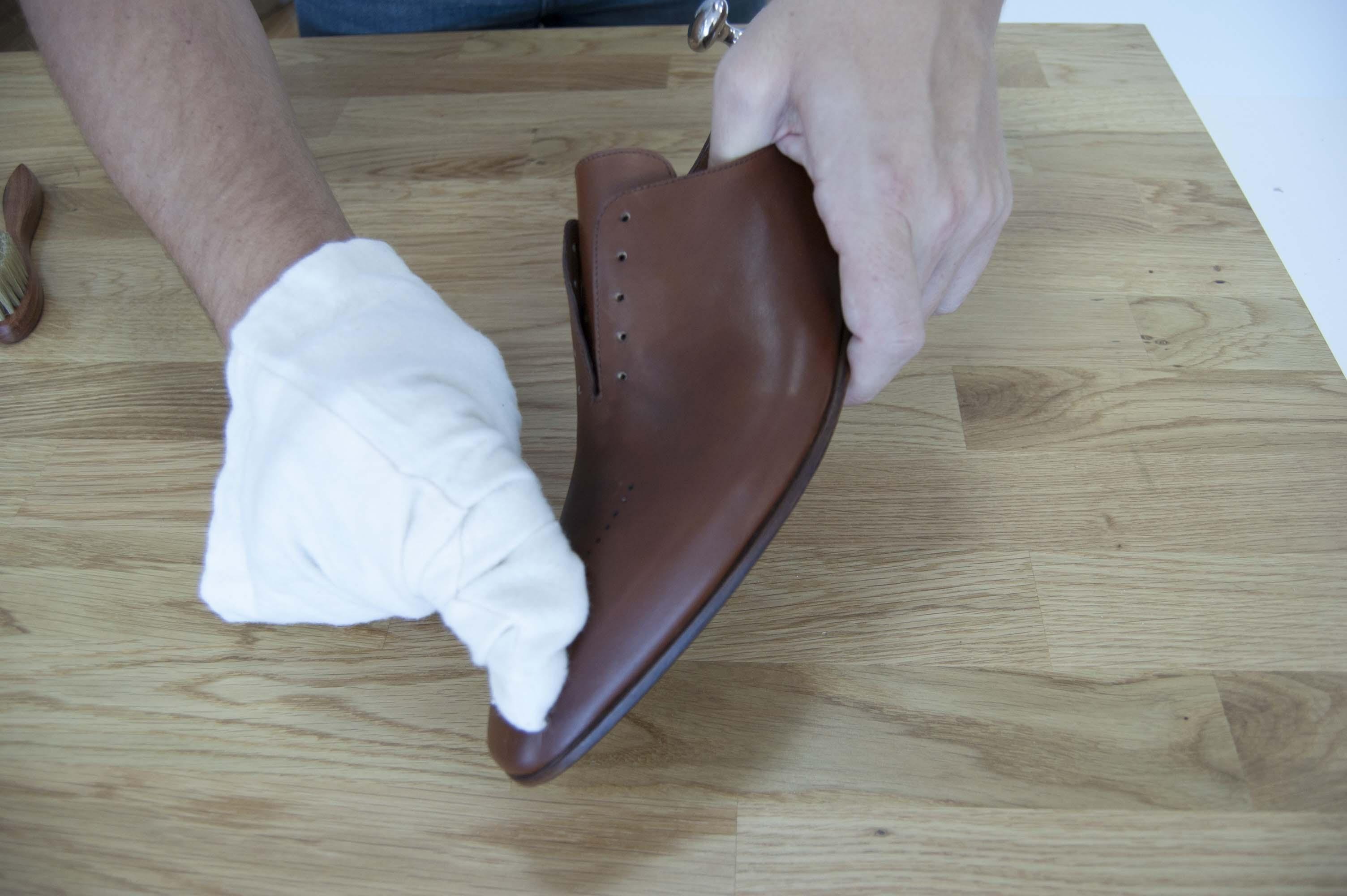 Application crème nourrissante pour chaussures en cuir
