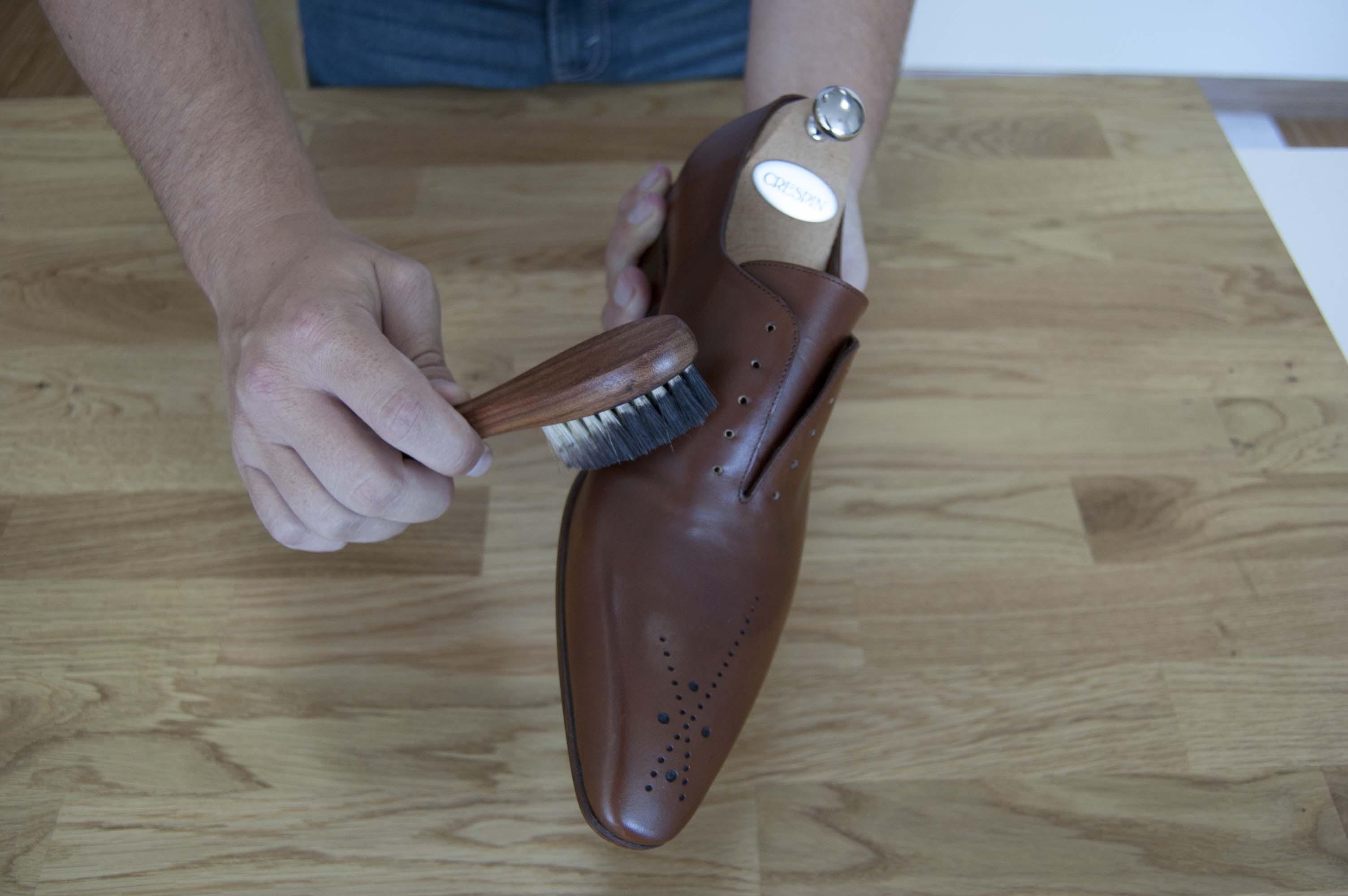 Application crème de beauté pour chaussures en cuir