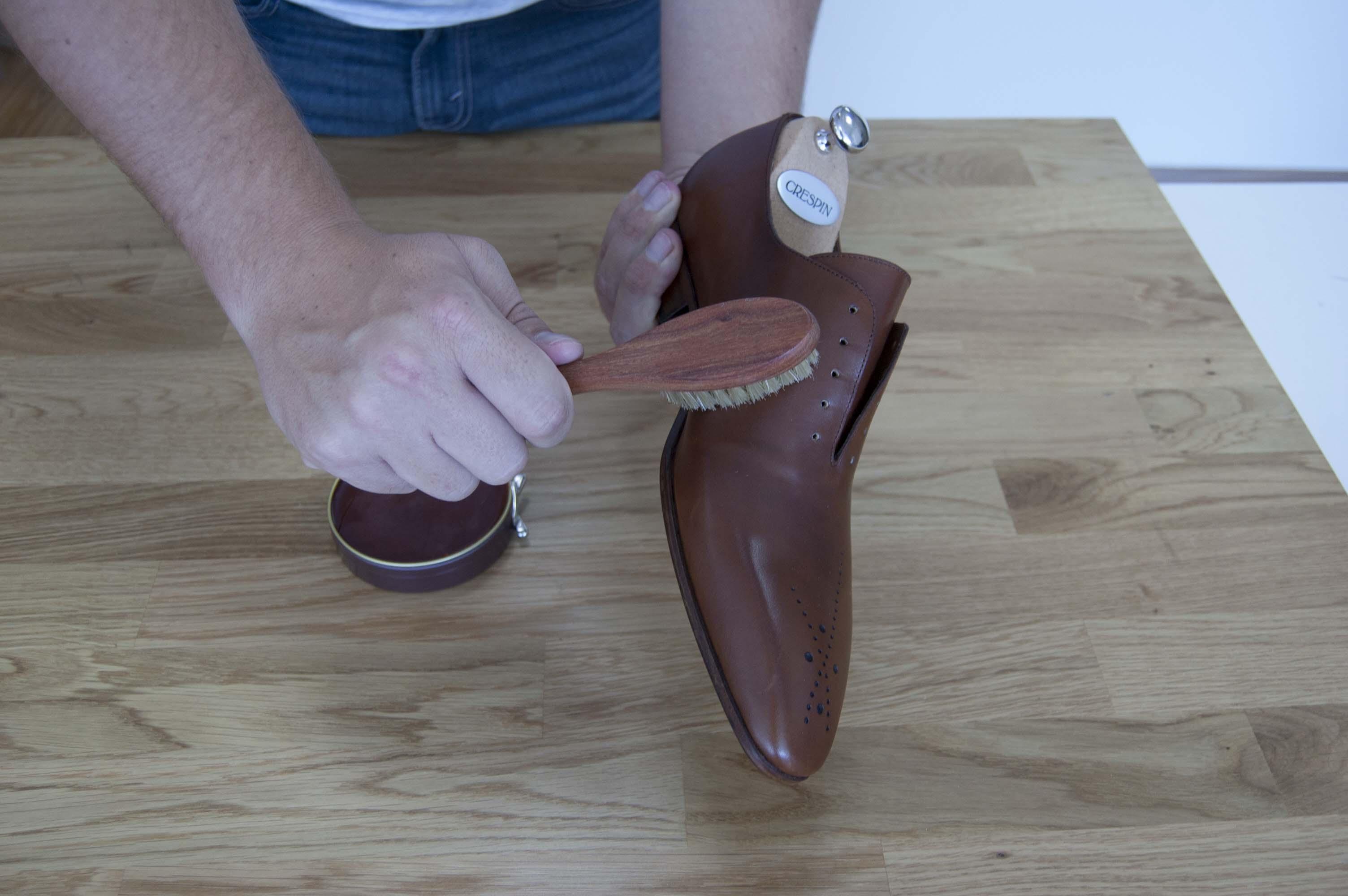 Application cirage pour chaussures en cuir